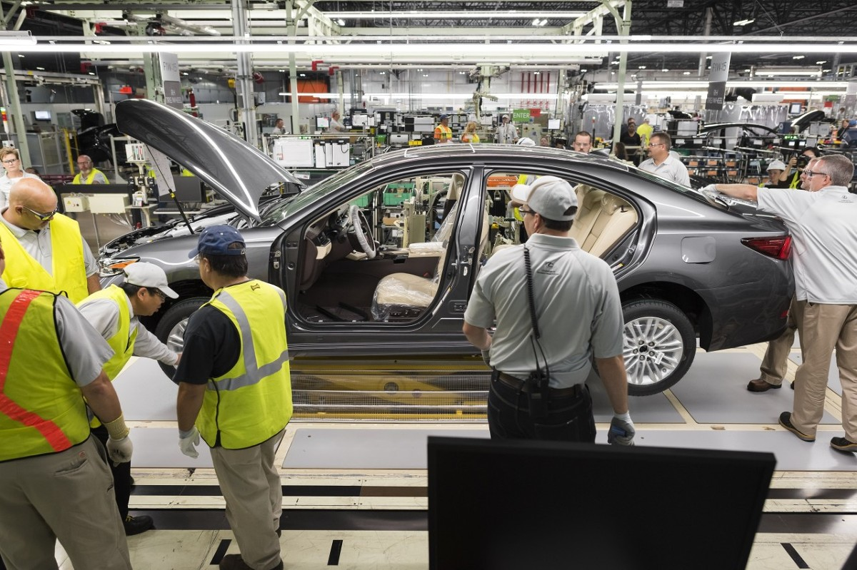 Podczas montażu samochodu pracownicy wykorzystują do kontroli jakości wszystkie swoje zmysły. Bardzo ważną rolę odgrywa dotyk – dzięki specjalnemu treningowi, monterzy są w stanie wykryć niedokładności spasowania blach o wielkości 0,2 mm, co odpowiada grubości ludzkiego włosa! / Fot. Lexus