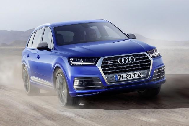 Audi SQ7 TDI   Nowym na rynku rozwiązaniem wśród samochodów tego typu jest elektromechaniczna, aktywna stabilizacja wychylania się pojazdu w zakrętach. Kompaktowy silnik elektryczny z trójstopniową przekładnią planetarną rozdziela tu dwie połowy stabilizatora. Podczas jazdy po nierównej nawierzchni, dwie połowy są od siebie oddzielone, co wpływa na znaczny wzrost komfortu jazdy.  Fot. Audi