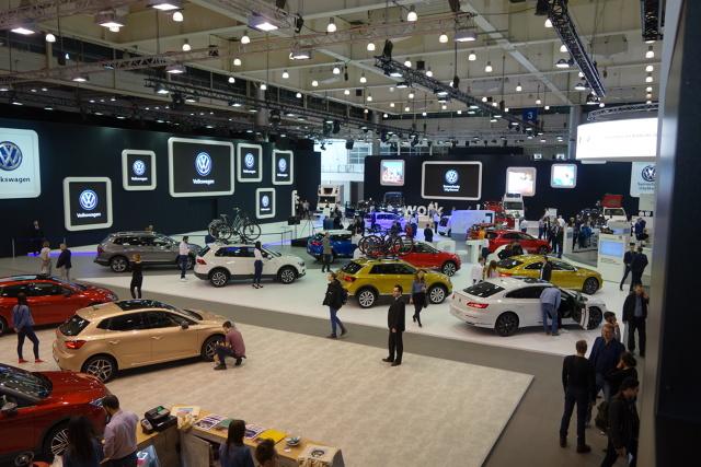 """Tegoroczne Poznań Motor Show 2018, odbywające się pod hasłem """"Motoryzacja jutra"""" są jeszcze ciekawsze niż zeszłoroczne targi, które spotkały się przecież z bardzo dobrymi o ile nie entuzjastycznymi opiniami.  Wśród obecnych na polskim rynku marek zabrakło jedynie Forda, Infiniti, Opla i Renault , ale za to pozostałe pokazały to co mają aktualnie najciekawsze.   Fot. Ryszard M. Perczak"""