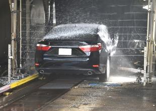 Mandat za mycie samochodu. Czy podczas pandemii można korzystać z myjni?