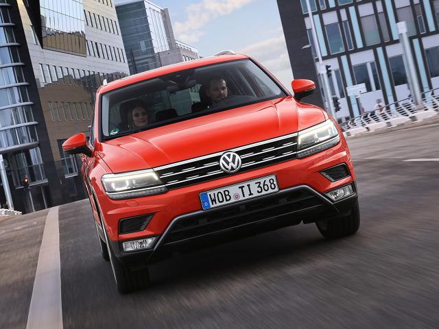 Volkswagen Tiguan   W kategorii ochrony pieszych Tiguan uzyskał łączną ocenę 72%. Pozytywnie oceniono przede wszystkim rozwiązania konstrukcyjne, które zmniejszają ryzyko odniesienia obrażeń przez przechodniów. Należy do nich tzw. aktywna pokrywa silnika, która w razie potrącenia pieszego ma zmniejszyć ryzyko powstania niebezpiecznych obrażeń głowy.   Fot. Volkswagen
