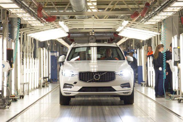 Volvo XC60  Przygotowania do produkcji nowego Volvo XC60 rozpoczęły się dokładnie w dziewięćdziesiąte urodziny marki. Wczoraj pierwszy samochód zamówiony przez klienta opuścił fabrykę. Zamówiony model to XC60 T5 AWD Inscription w kolorze Crystal White.  Fot. Volvo