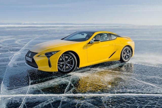 Zmrożoną Syberię trudno uznać za naturalne środowisko dla pojazdów Lexusa. Ale skuta lodem tafla jeziora jest doskonałym tłem dla niesamowitych wrażeń z jazdy i pozwala przetestować bardzo różniące się od siebie samochody w tych samych, ekstremalnych warunkach. Lexus wziął hybrydowego SUV-a RX, coupé LC z silnikiem V8 i zaprosił gwiazdę driftu do przetestowania ich na zamarzniętym jeziorze Bajkał.  Fot. Lexus