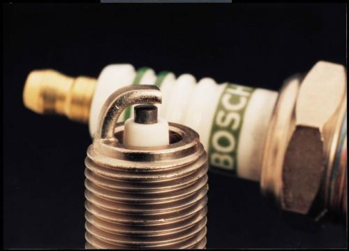 Fot. Bosch: Żywotność świec zapłonowych zależy od ich budowy, użytych materiałów i warunków spalania mieszanki paliwowo-powietrznej w cylindrze. Najtańsze świece dwuelektrodowe (na zdjęciu) wytrzymują przebieg co najmniej 20 tys. km.