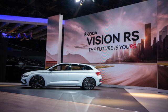 Skoda Vision RS  Auto zostało zaprezentowane podczas jesiennego salonu samochodowego w Paryżu. Jak informuje producent, model Vision RS, który jest pierwszym samochodem Skody z napędem hybrydowym, to wizja przyszłych kompaktowych aut tej marki, utrzymanych w duchu RS, czyli o usportowionym charakterze. Debiut modelu produkcyjnego zapowiedziano na przyszły rok.  Fot. Skoda