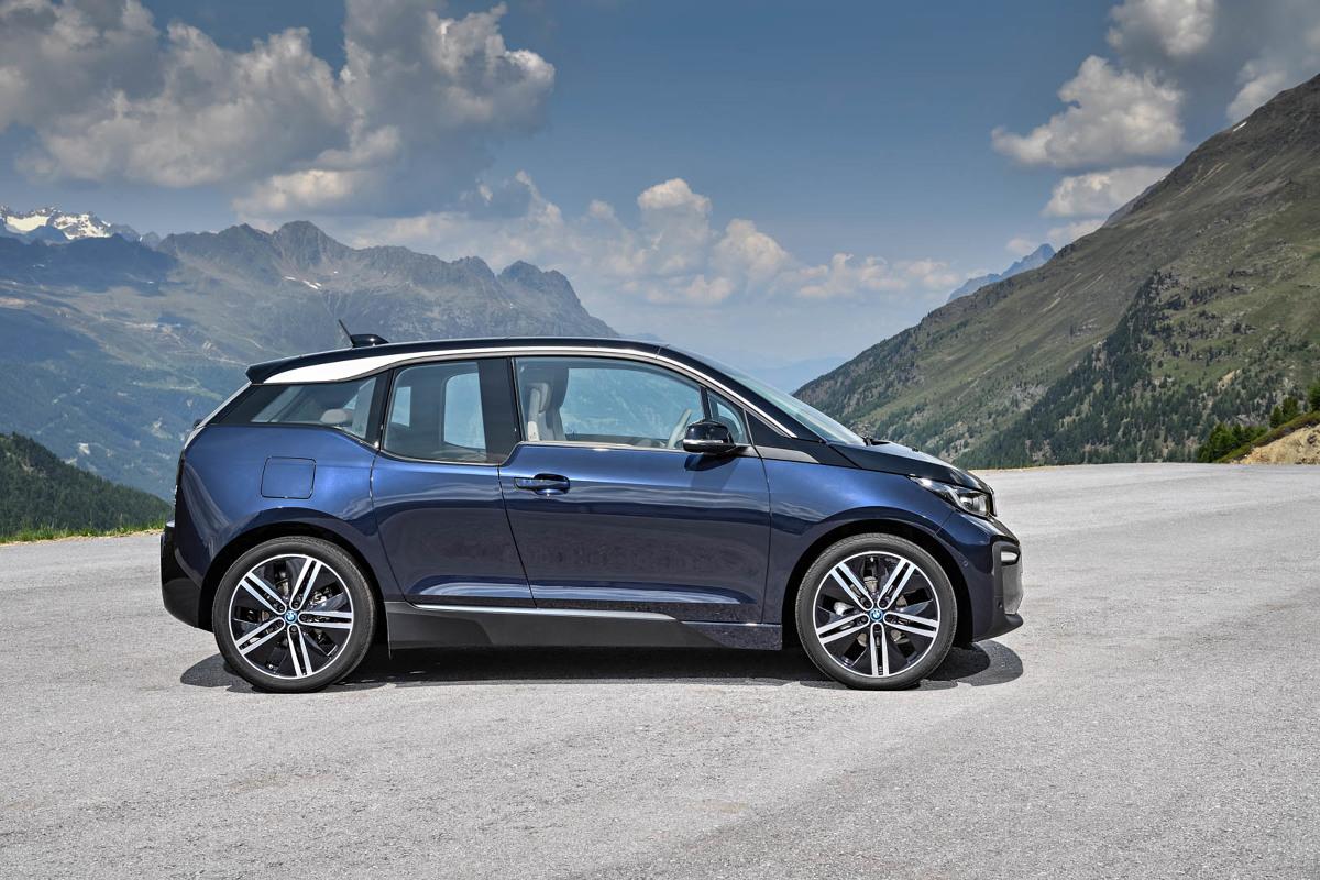 BMW i3  Odświeżony model standardowo jest wyposażony w reflektory LED. Poszerzono nadkola oraz zdecydowano się na nowy zderzak, a nad linią okiem można dostrzec srebrną listwę dekoracyjną.  Fot. BMW