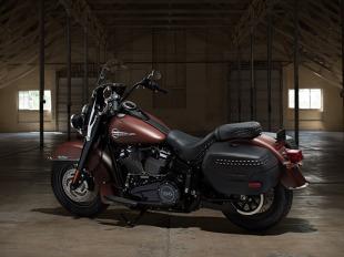 Heritage Classic  Elementy stylistyki nawiązują do mrocznego stylu klasycznych modeli Harley-Davidson z lat 50., do którego wprowadzono nowoczesne akcenty.      Nowa, zdejmowana szyba przednia     Nowe, zamykane i uszczelnione, wodoodporne kufry     Wyższe zawieszenie ze zwiększoną nośnością do jazdy z pasażerem i większym bagażem     17 kg niższa waga niż w poprzednim modelu     Opcjonalnie: Silnik Milwaukee Eight 114     Tempomat i układ ABS w standardzie  Fot. Harley Davidson