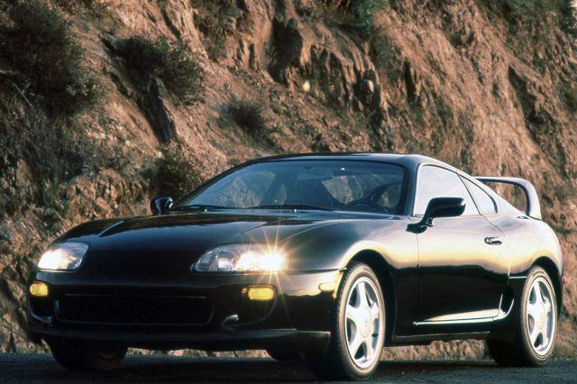 Toyota Supra   Tym razem pod młotek poszła Toyota Supra w oferowanej tylko w 1997 roku wersji Anniversary Edition. Samochód miał do tej pory dwóch właścicieli, którzy w sumie przejechali nim 69 891 mil.   Fot. Toyota