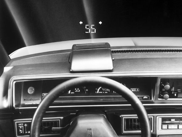 Elektroniczne wyświetlacze, czy rozbudowane komputery diagnostyczne nie są nowinkami wprowadzającymi samochody w XXI wiek. To elementy obecne w motoryzacji od czterech dekad, ale nie powszechnie znane. Przyjrzyjmy się rozwiązaniom, które swoją drogę do popularyzacji miały długą i trudną.