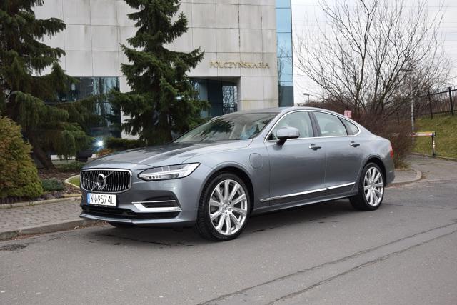 Volvo S90   To już nasze kolejne spotkanie z Volvo S90, tym razem to hybryda typu Plug-in z 4-cylindrowym silnikiem benzynowym 2.0 i jednostką elektryczną. Auto ma moc 303+87 KM, moment obrotowy 400+240 Nm i rozpędza się do 100km/h w 5,1 s.  Fot. Marcin Rejmer
