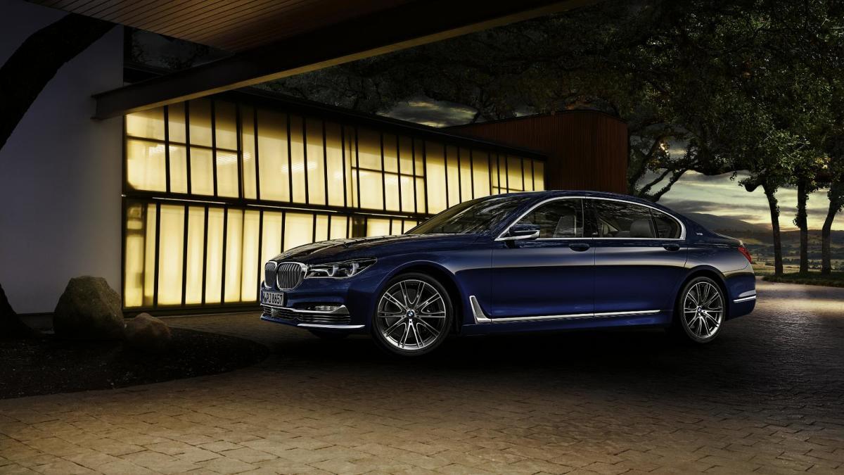 """BMW serii 7 na 100-lecie marki  Wszystkie warianty otrzymały specjalny lakier oraz 20-calowe obręcze kół. We wnętrzu zdecydowano się na tapicerkę BMW Individual ze skóry Merino. Okolicznościowy napis """"THE NEXT 100 YEARS"""" znajdziemy m.in. na zagłówkach i słupkach B.  Fot. BMW"""