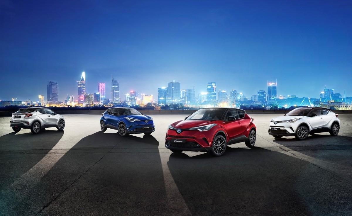 Toyota C-HR Selection  Toyota C-HR Selection jest wyposażona w napęd hybrydowy o mocy 122 KM z silnikiem benzynowym 1,8 l. Auto rozpędza się do 100 km/h w 11 s. Spalinowo-elektryczny napęd hybrydowy może zużywać średnio 3,6 l/100 km benzyny (wg NEDC) i emituje średnio 82 g/km CO2.  Fot. Toyota