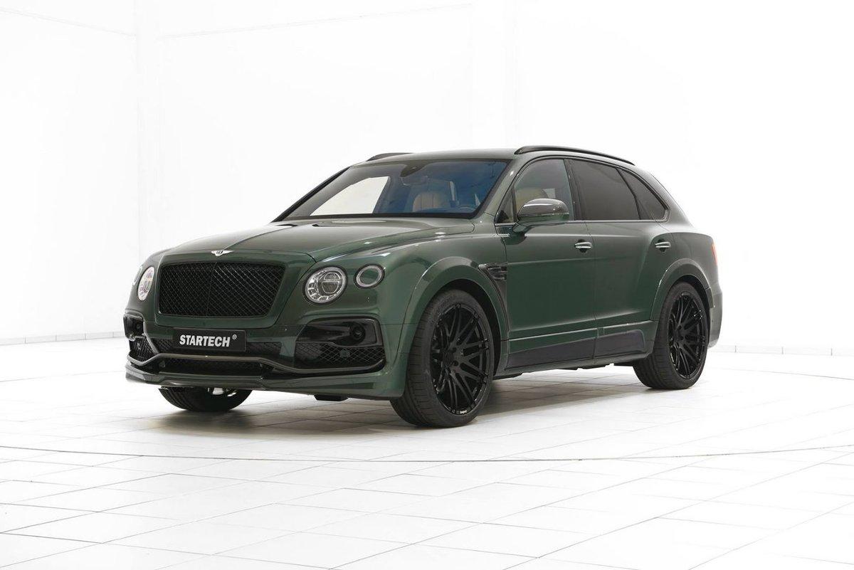 Bentley Bentayga   Pod masą pracuje sześciolitrowy, podwójnie doładowany silnik W12 dostarczający 600 KM mocy i 908 Nm maksymalnego momentu obrotowego. Standardowo auto do 100 km/h przyspiesza w 4 sekundy, natomiast jego prędkość maksymalna to 300 km/h.  Fot. Startech