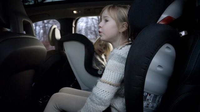 Nowa generacja fotelików Volvo jest wykonana z oddychającego i wygodniejszego materiału, składającego się w 80% z wełny, która sprawia, że fotelik jest przyjemniejszy w dotyku, bardzo trwały i zdecydowanie lepiej sprawdzający się zarówno w gorące jak i chłodne dni. Foteliki mają również smuklejszy kształt, przez co zwiększa się ilość miejsca na nogi dziecka.  Fot. Volvo