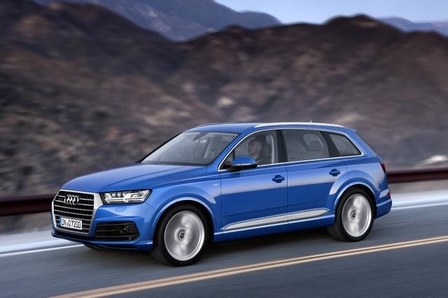 Audi Q7   Testujący przyznali najnowszej wersji Audi Q7 najwyższą ocenę bezpieczeństwa - pięć gwiazdek. Wynik uzyskany w teście zderzeniowym czołowym z udziałem pasażerów tylnych foteli jasno wskazuje, że nie tylko kierowca i pasażer siedzący z przodu, ale również pasażerowie siedzący w tyle nowego Audi Q7 są chronieni bardzo dobrze  Fot. Audi
