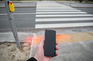 Zakaz korzystania z telefonu podczas przechodzenia przez przejście dla pieszych. Senat doprecyzował przepisy