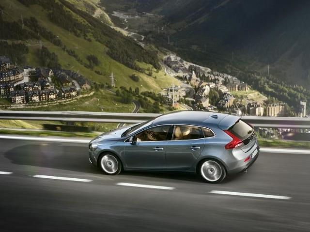 Nowe Volvo V40 - hatchback z poduszką powietrzną dla pieszych. Film