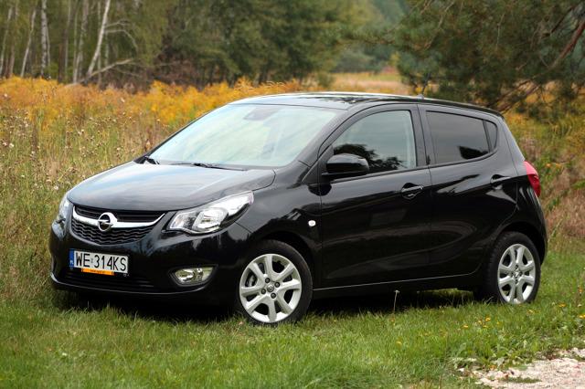 Opel Karl   Bryła małego Opla jest bardzo podobna do Celerio. W rzucie bocznym również ma klinowaty kształt, podkreślony wzdłużnymi przetłoczeniami, co nadaje autu trochę dynamiki. Przedni pas mocno kojarzy się z Corsą, przez co Karl nie ma własnego stylu tak jak jego rywal.   Fot. Dariusz Dobosz