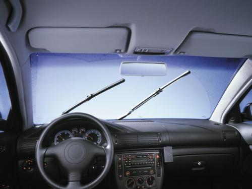 Fot. Bosch: Porysowana przednia szyba utrudnia obserwację drogi.