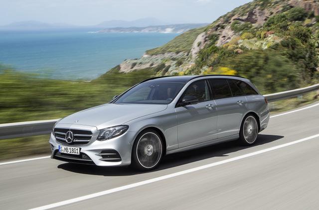 Mercedes-Benz Klasy E Estate  Mercedes-Benz Klasy E Estate powstał w oparciu o platformę MRA. Ma blisko 5 metrów długości, natomiast jego rozstaw osi to 2,9 m. Samochód posiada bagażnik o pojemności 670 litrów ładunku.   Fot. Mercedes-Benz