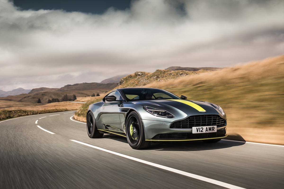 Aston Martin DB11 AMR   Przyspieszenie do 100 km/h trwa 3,7 s, natomiast prędkość maksymalna to 334 km/h. Auto posiada adaptacyjne zawieszenie i elektrycznie wspomagany układ kierownicy.  Fot. Aston Martin
