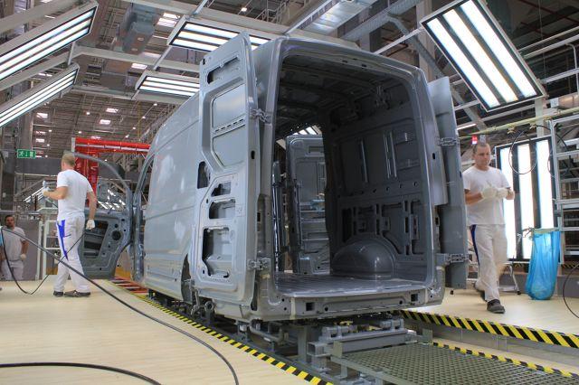 220 hektarów powierzchni, 3 000 pracowników, 100 000 samochodów rocznie - jeszcze przed oficjalnym rozpoczęciem produkcji odwiedziliśmy nową fabrykę Volkswagena we Wrześni, gdzie powstaje II generacja modelu Crafter.  Fot. Karol Biela