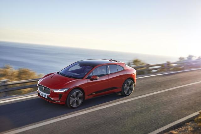 Jaguar I-Pace  Jaguar I-Pace napędzany jest dwoma silnikami elektrycznymi o łącznej mocy 400 KM. Dostępne będą 4 wersje modelu I-Pace, a najtańsza z nich to wydatek 354 900 zł.  Fot. Jaguar