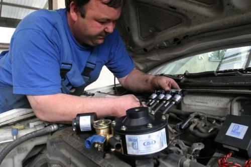 Fot. Adam Warżawa: Auta z instalacją gazową muszą co roku być poddane badaniu w uprawnionej Stacji Kontroli Pojazdów. Ponadto w okresie trwania gwarancji na instalację LPG co 10 –15 tys. km przebiegu auta trzeba ją kontrolować w warsztacie, który ją