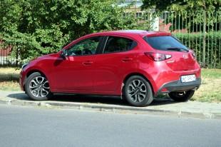 Mazda 2   Mazda 2 to kompletne zaprzeczenie Fabii. Nadwozie ma sporo obłości i płynnych linii, a jego ogólny wizerunek ma lekko sportowy styl.   Fot. Dariusz Dobosz