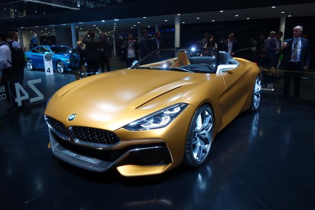 """BMW Z4 Concept   Jak będzie wyglądać kolejna odsłona modelu Z4? Pewne wyobrażenie daje o tym jego koncepcyjna wersja. Za napęd odpowie 2-litrowa jednostka w dwóch wariantach mocy - 184 KM (20i) lub 252 KM (30i). Topowa odmiana to 3-litrowa, rzędowa """"szóstka"""" dostarczająca 326 KM. Napęd przenoszony jest na tylne koła za pośrednictwem skrzyni manualnej lub automatycznej.  Fot. Marek Perczak"""