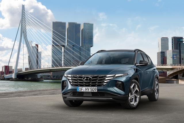 Hyundai Tucson   Klimatyzacja manualna, tempomat, kamera cofania, 8-calowy ekran systemu multimedialnego. To znajdziemy w podstawowej wersji wyposażenia nowego modelu Tucson. To już czwarta generacja auta.   Fot. Hyundai