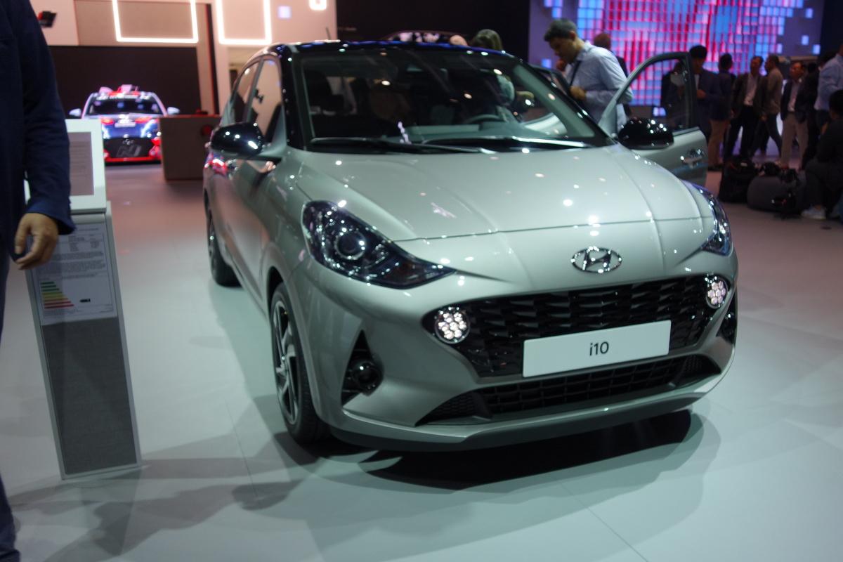 Hyundai i10   Hyundai i10 nowej generacji będzie dostępny z dwoma silnikami: 3-cylindrowym MPI o pojemności 1,0 litra, mocy 67 KM i 96 Nm momentu obrotowego oraz 4-cylindrowym MPI o pojemności 1,2 litra, mocy 84 KM i 118 Nm momentu obrotowego. Oba silniki dostępne są z dwoma rodzajami skrzyni biegów do wyboru: pięciobiegową manualną skrzynią biegów lub pięciobiegową zautomatyzowaną manualną skrzynią biegów (AMT)  Fot. Ryszard M. Perczak