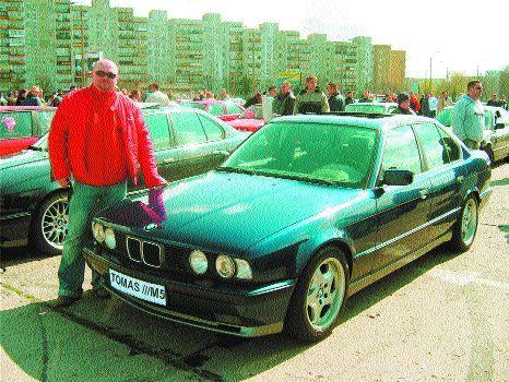 Radosław Tokarski przy swoim doskonale utrzymanym BMW E-30 316i. Samochód ten posiada certyfikat oryginalności i został już doceniony na zlocie w Toruniu, gdzie zdobył II miejsce w konkursie na najładniejsze auto imprezy.