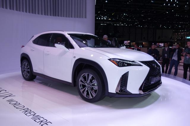Lexus UX  UX ma 4495 mm długości, 1520 mm wysokości i 1840 mm szerokości, a rozstaw jego osi to 2640 mm. Miejsce na nogi z tyłu to 870 mm, a przestrzeń transportowa ma długość 791 mm.  Fot. Ryszard M. Perczak