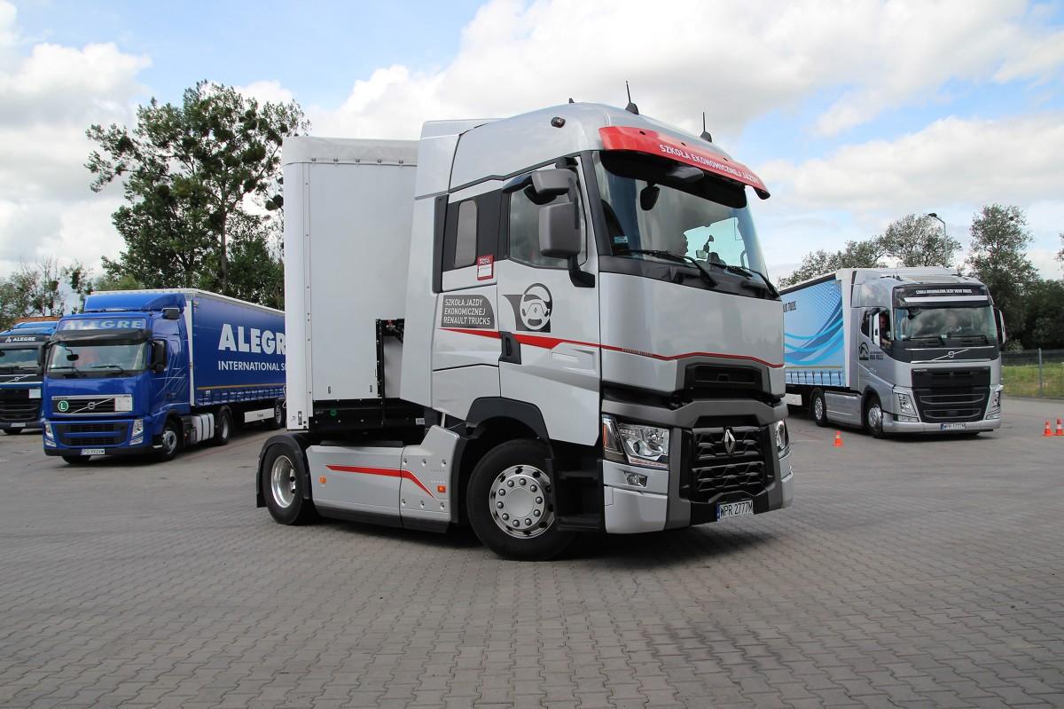 """Akcja """"Profesjonalni kierowcy""""  Lukę w procesie kształcenia kierowców postanowili wypełnić organizatorzy akcji profesjonalnikierowcy.pl. Ale nie tylko. Celem wspólnego przedsięwzięcia firm Volvo Trucks, Renault Trucks, Wielton, Ergo Hestia i Michelin jest także kształtowanie pozytywnego wizerunku branży oraz umożliwienie zapoznania się z nowoczesnym taborem kierowcom, którzy na pewien czas zmienili wykonywany zawód bądź posiadają uprawnienia, jednak z różnych przyczyn nie korzystają z nich zawodowo. Do dwudniowych, bezpłatnych szkoleń w ramach akcji """"Profesjonalni kierowcy"""" mogą przystąpić osoby, które posiadają prawo jazdy kategorii C+E, jednak nie są zatrudnione w firmie transportowej."""