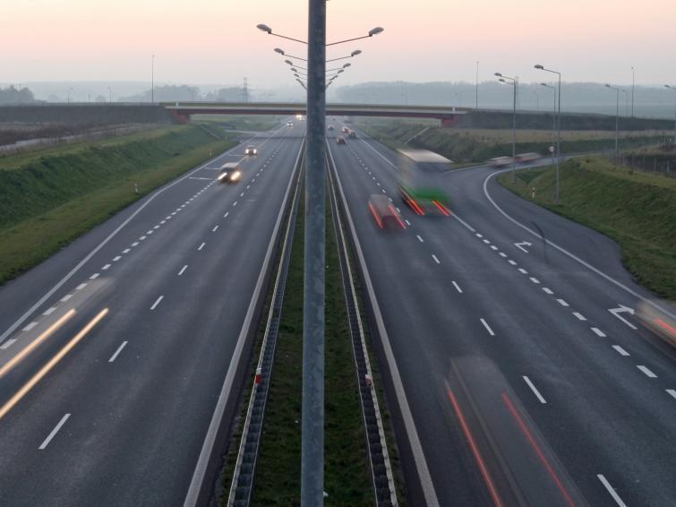 Jazda po autostradach ma być o połowę tańsza