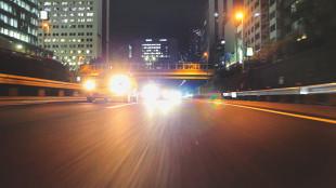 Żarówki do auta. Co polscy kierowcy wiedzą o oświetleniu samochodu?