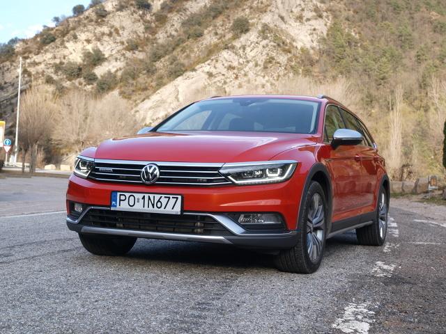 """Volkswagen Passat Alltrack  Alltrack jest nieco wyższy od pozostałych Passatów. Ma większy, 174-milimetrowy prześwit. Pozostałe odmiany posadowione są o 27,5 mm bliżej jezdni. Porusza się na 17-calowych kołach, które można zamienić za dopłatą na atrakcyjne """"osiemnastki"""" lub """"dziewiętnastki"""". Zamiłowanie Alltracka do zjeżdżania z asfaltu podkreślają specjalnie dla niego opracowane zderzaki, obudowy nadkoli oraz rozbudowane progi. Całości dopełniają relingi dachowe.   Fot. Michał Kij"""