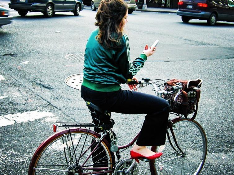 Połowa nastolatków korzysta z komórki na rowerze lub za kierownicą