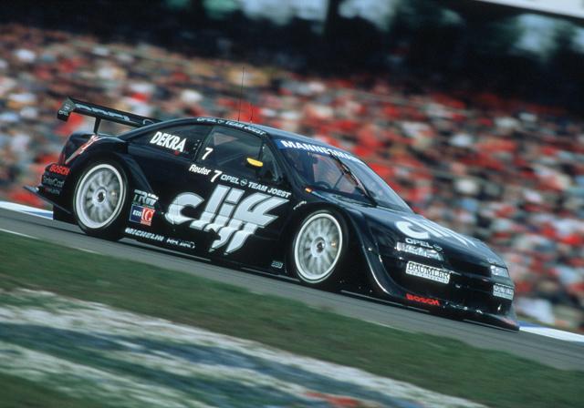 Grand Prix oldtimerów AvD na legendarnym torze Nürburgring jest kulminacyjnym wydarzeniem sezonu dla fanów klasycznej motoryzacji. W tym roku firma Opel przypomina o sportowych sukcesach jej samochodów turystycznych. Pole position zajmuje Calibra V6, która w 1996 roku wygrała Międzynarodowe Mistrzostwa Samochodów Turystycznych (ITC). Calibra V6 to nie jedyny Opel na polu startowym. Będą mu towarzyszyć inne, ważne dla sportowej historii marki modele.