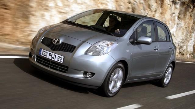 Przez lata Toyota, poza małymi wyjątkami, utrwaliła swoją pozycję rynkową solidnymi i niezawodnymi samochodami. Kto z Was pamięta Starleta P9, który przez lata okupował pierwsze miejsca statystyk niezawodności? Dziś przyjrzymy się jego prawnukowi - oto używana Toyota Yaris II generacji.   Fot. Toyota