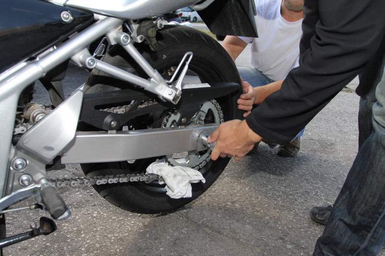 Serwis łańcucha w motocyklu - jak czyścić, smarować i naciągać