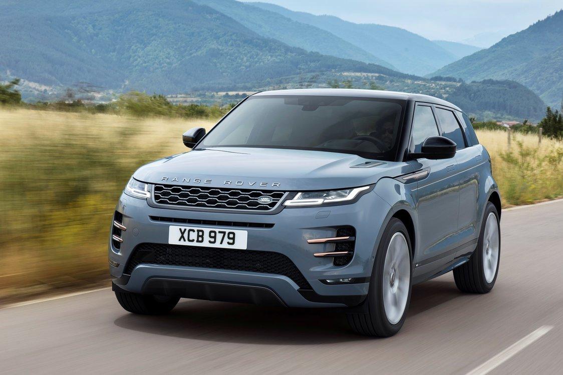 """Range Rover Evoque   Za napęd odpowiadają dwulitrowymi silnikami z rodziny Ingenium. Jednostki benzynowe mogą dysponować mocą 200, 250 oraz 300 KM, natomiast diesle mają 150, 180 i 240 KM. Najsłabsza jednostka oferowana będzie napędem na przednie koła i skrzynią manualną lub z 4x4 i automatem"""". Pozostałe tylko w tej drugiej opcji, która łączy się też z układem mild hybrid.  Fot. Jaguar Land Rover"""