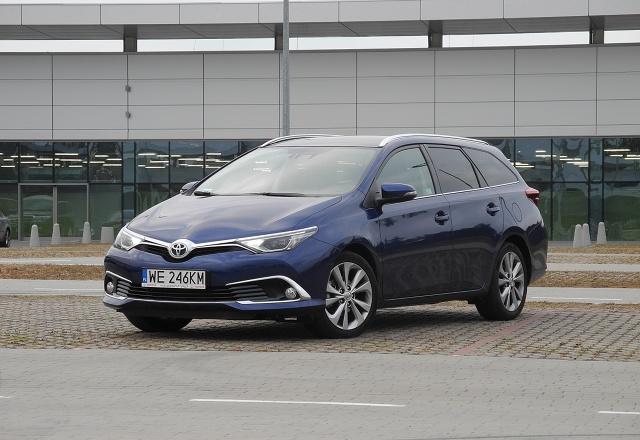 Auris ma być jednym z handlowych atutów marki Toyota. W zeszłym roku auto zmodernizowano. Testowaliśmy wersję kombi z wysokoprężnym silnikiem o pojemności 1,6 litra / Fot. Wojciech Frelichowski