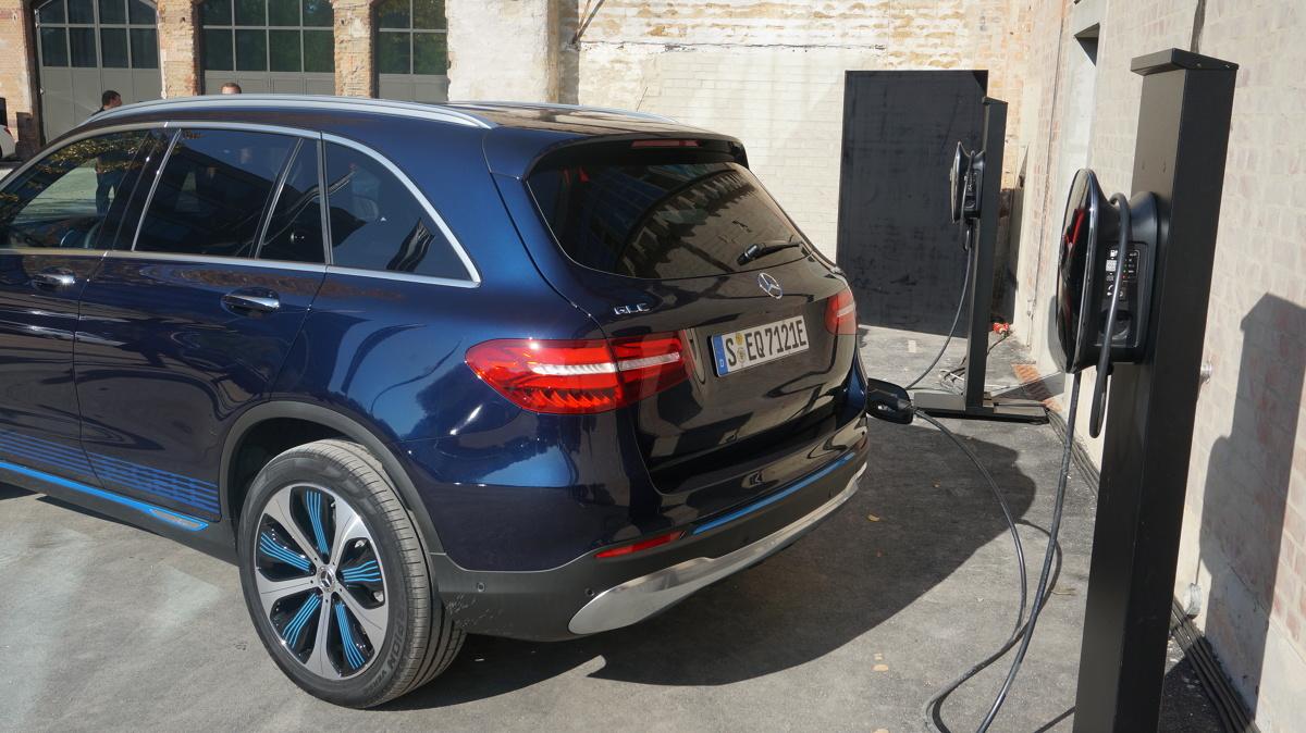 Mercedes, jeden z głównych graczy w segmencie aut luksusowych, postanowił wyjść naprzeciw współczesnym zmianom i do gamy pojazdów elektrycznych swojego koncernu dodał nową grupę aut – tym razem spod znaku Mercedes EQ.   Fot. Konrad Grobel