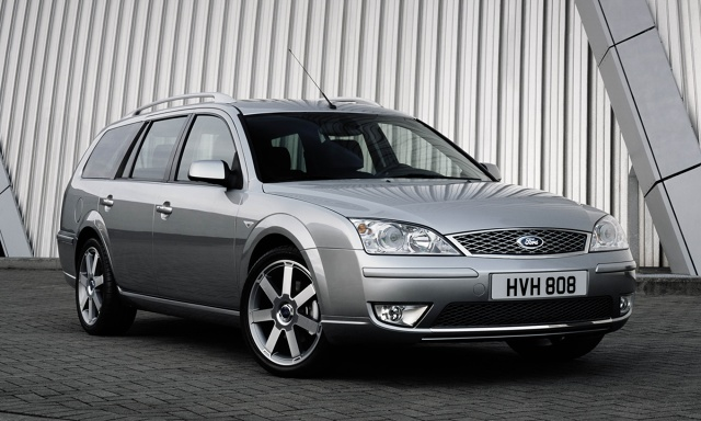 Ford Mondeo Mk III  Za kwotę 20 tys. zł można kupić egzemplarz z końcowego okresu produkcji.  Mondeo trzeciej generacji (Mk III) zostało zaprezentowane w 2000 roku. Jego produkcja trwała do 2006 r. W ofercie były trzy wersje nadwoziowe - liftback, sedan i kombi. Model Mk III może się nadal podobać. Jego zaletą jest duży bagażnik i wygodne wnętrze.   Fot. Ford
