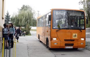 Autobus szkolny. Jakie ma przywileje na drodze?