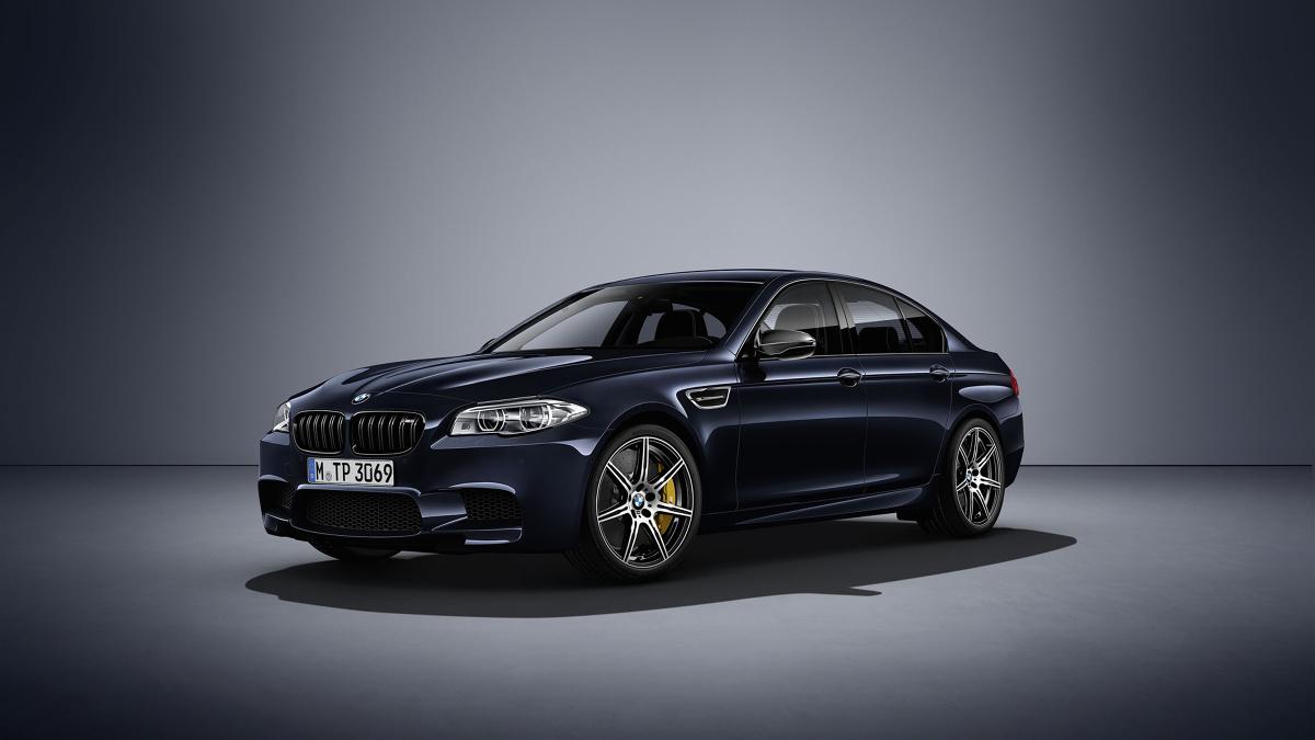 BMW M5 Competition Edition  Za napęd odpowiada silnik V8 4.4 l. Moc jednak nie wynosi standardowo 560 KM, ale 600 KM. Moment obrotowy natomiast wzrósł z 680 Nm do do 700 Nm. Jak deklaruje producent, auto do 100 km/h przyspiesza w 3,9 s.  Fot. BMW