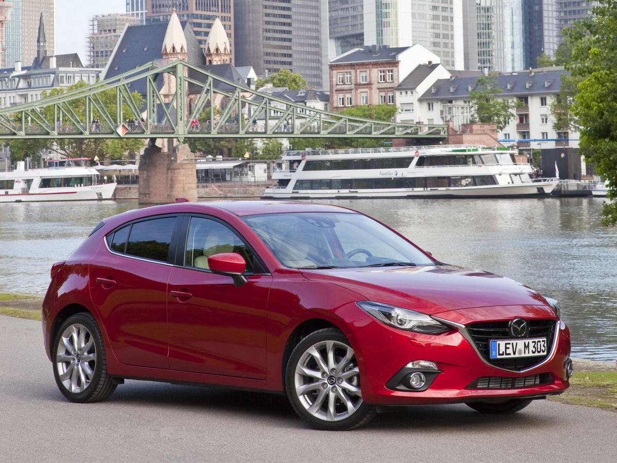"""Trzecia generacja Mazdy 3 zjechała z motoryzacyjnej sceny w 2018 roku. Te obecnie kilkuletnie auta stanowią ciekawą propozycję wśród używanych kompaktów. W Motofaktach sprawdzamy, które wersje """"Mazdy 3 numer trzy"""" warto kupić. Fot. Mazda"""