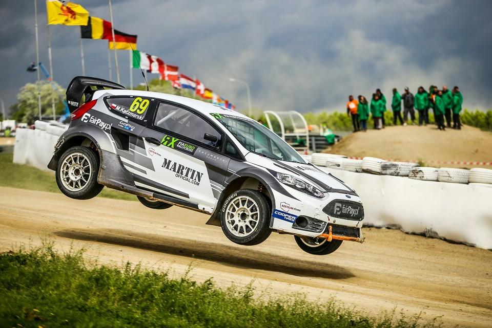 Ford Fiesta ST RX  Wyglądem niewiele różni się od seryjnej Fiesty, a to jedna z najszybszych wyścigówek świata. Moc ponad 600 koni mechanicznych i potężna turbosprężarka sprawiają, że samochód przyśpiesza od 0 do 100 km/h  w niecałe 2 sekundy, czyli szybciej, niż bolid F1.  Fot. materiały prasowe